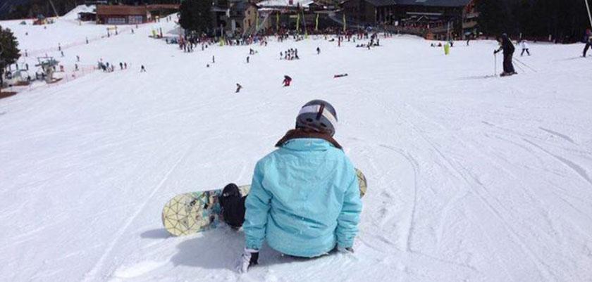 Andorra_Arinsal_snowboarder-resting.jpg